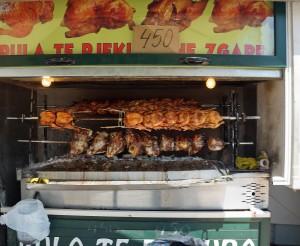 Albanische Spezialitäten: Grillfleisch mit Ziegenköpfen