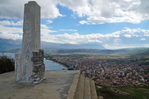 Blick von der Burg über Pogradec – kommunistisches Denkmal
