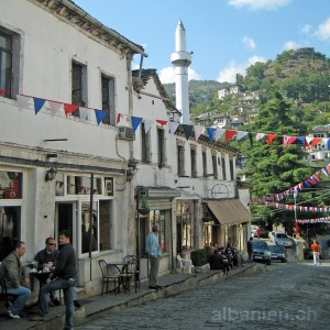 Gjirokastra: Strassencafé in der Altstadt
