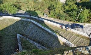 Gjirokastra: Aufgang zur Burg