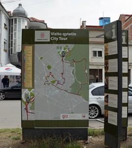 Stadtplan mit Rundgang für Touristen an einem Aushangsschild in Korça