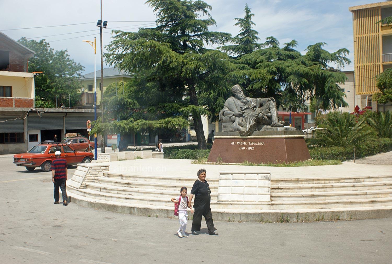 Tepelena: Denkmal