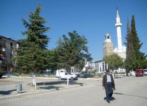 Peqin – Uhrturm und Moschee