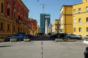 Farbige Häuser (hier Ministerien) und Neubauten im Zentrum von Tirana