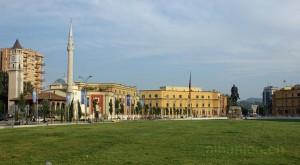Skanderbegplatz: Uhrturm, Moschee, Ministerien und Skanderbegdenkmal