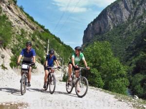 Fahrradfahrer im Valbonatal (vor Asphaltierung der Strasse)
