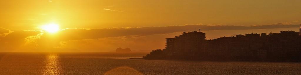 Saranda – Kreuzfahrtschiff fährt dem Sonnenuntergang entgegen